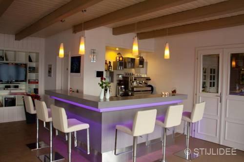 Binnenkijken in familie hotel in modern landelijke stijl in oostenrijk - Lounge warme kleur ...