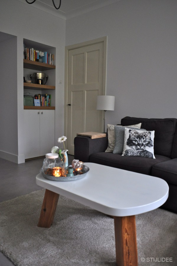 Idee woonkamer ideeen zwart wit : De kussenhoesjes op de bank zijn van Hu0026M Home en Vu0026D . De salontafel ...