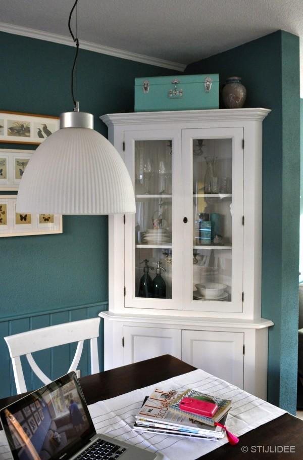Keuken kleuradvies witte keuken : Styling vitrinekast door STIJLIDEE Interieuradvies en Styling