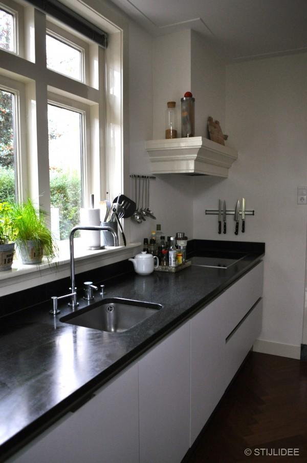 Binnenkijken in een jaren 30 huis in vintage stijl in zeist - Witte keuken decoratie ...