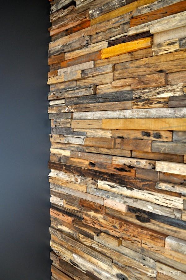 De decoratieve houten wandpanelen zijn van Wonderwall Studiou2019s via ...