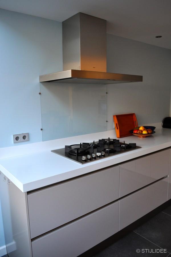 Binnenkijken in een modern en kleurrijk huis in nijmegen - Muur wit en taupe ...