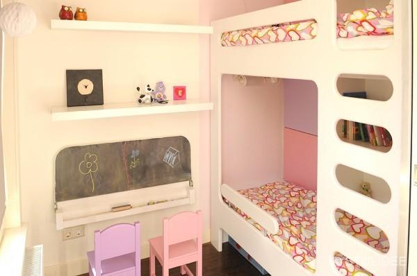 Binnenkijken in een roze paarse meisjeskamer met stapelbed en kast op maat - Meisje kamer sfeer ...