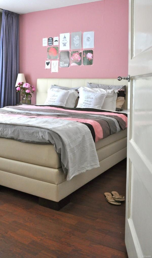 Binnenkijken in een modern romantische slaapkamer met roze muur in utrecht - Romantische witte bed ...