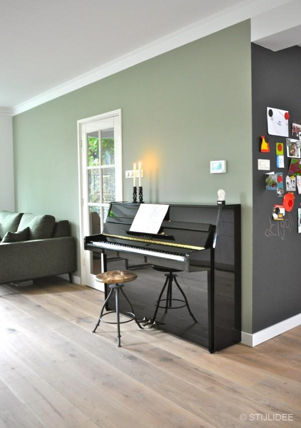 Binnenkijken in een jaren 60 woning in modern klassieke stijl in harderwijk - Kleur verf moderne woonkamer ...