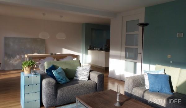 Binnenkijken in een woonkamer en keuken in moderne basic stijl in amersfoort - Kamer indeling ...