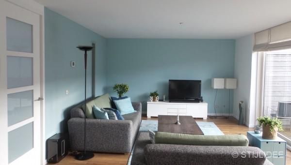 Binnenkijken in een woonkamer en keuken in moderne basic stijl in amersfoort - Moderne keuken en woonkamer ...