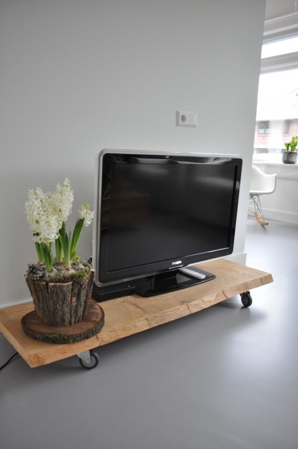Binnenkijken in een jaren 30 familiehuis met moderne gietvloer in bilthoven - Muur plank onder tv ...