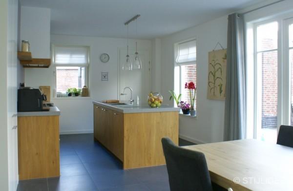Binnenkijken in de keuken met moderne kamer en suite - Keuken en woonkamer in dezelfde kamer ...