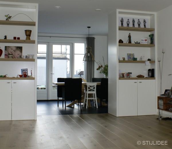 binnenkijken in de keuken met moderne kamer en suite van een