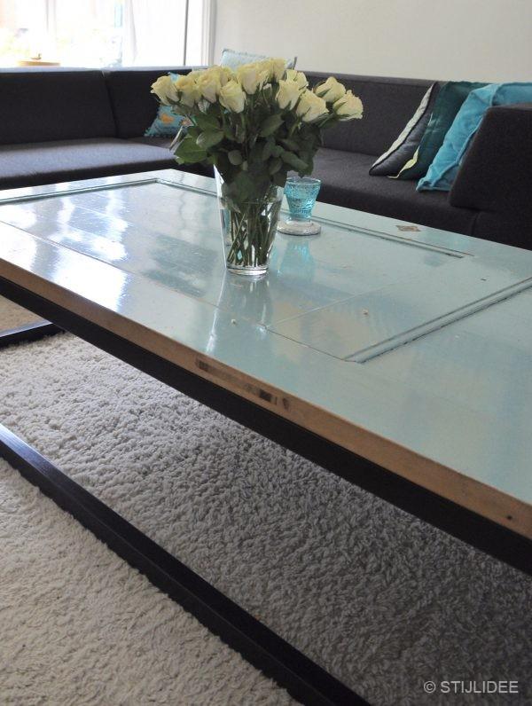 De salontafel is zelf ontworpen door de bewoners en is gemaakt van een ...