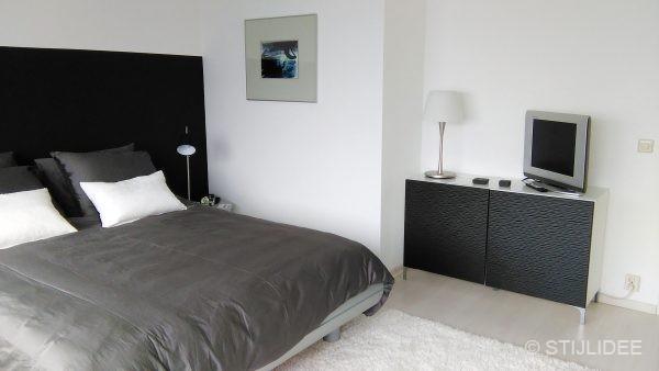 Binnenkijken in een moderne design slaapkamer met zwart en wit in huizen - Moderne design slaapkamer ...