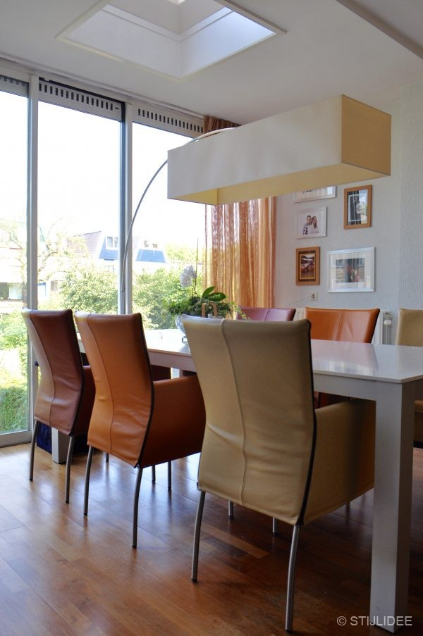 Binnenkijken in ... een moderne woonkamer met kersenhouten meubelen ...