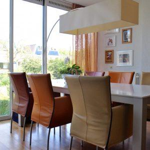 Binnenkijken in ... een moderne woonkamer met kersenhouten meubelen in Nieuwegein door STIJLIDEE Interieuradvies en Styling
