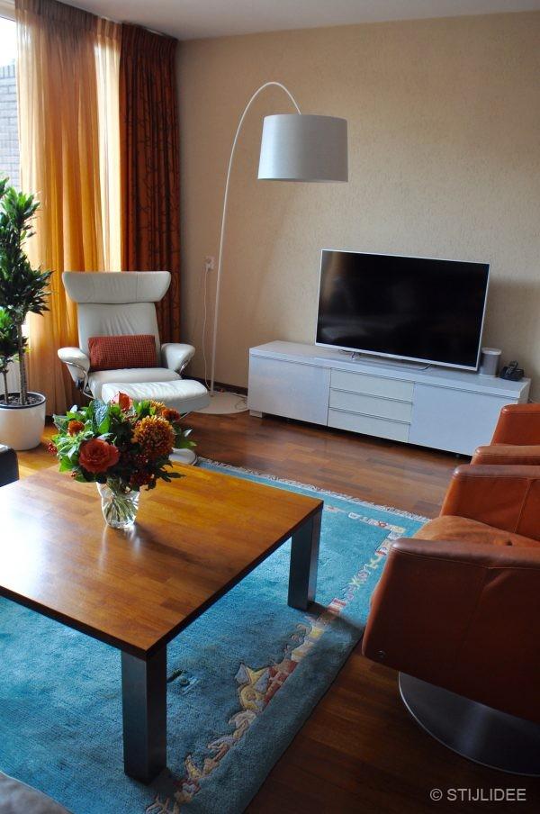 Binnenkijken in een moderne woonkamer met kersenhouten meubelen in nieuwegein - Kleur moderne woonkamer ...