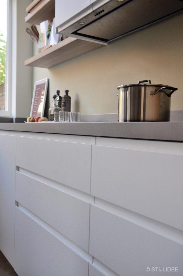 Binnenkijken in een moderne keuken in wit hout en groen in een herenhuis in utrecht - Keuken wit en groen ...