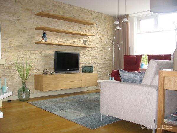 Binnenkijken in ... een woonkamer met stenen wandpanelen in ...