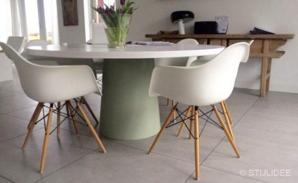 Binnenkijken in een eetkamer met ronde witte eettafel in ijsselstein - Een eetkamer voorzien ...