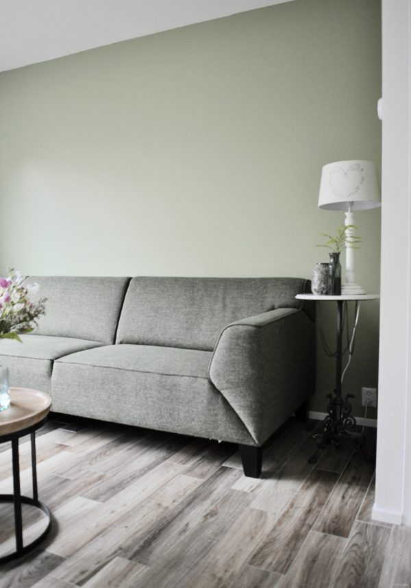 Binnenkijken in een woonkamer met een groene hoekbank in nieuwegein na stijlidee - Woonkamer met hoekbank ...