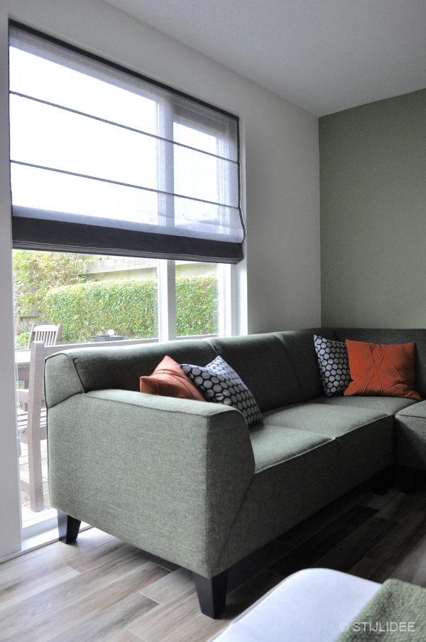 Binnenkijken in ... een woonkamer met een groene hoekbank in ...