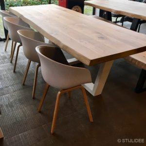 Stoere massief houten tafels met stalen onderstel bij ... Zwaar Tafelen   Fotografie: STIJLIDEE Interieuradvies en Styling