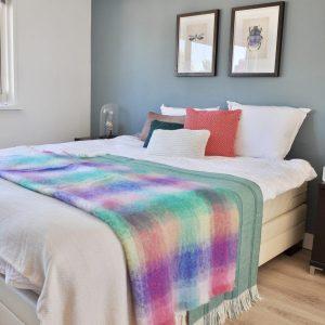 STIJLIDEE STYLINGTIP: Haal de zomer in je slaapkamer met kussens en plaids in zomerse kleuren | STIJLIDEE Interieuradvies en Styling
