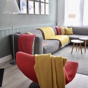 STIJLIDEE STYLINGTIP: Haal de zomer in je woonkamer met styling van kussens en plaids in zomerse kleuren | STIJLIDEE Interieuradvies en Styling